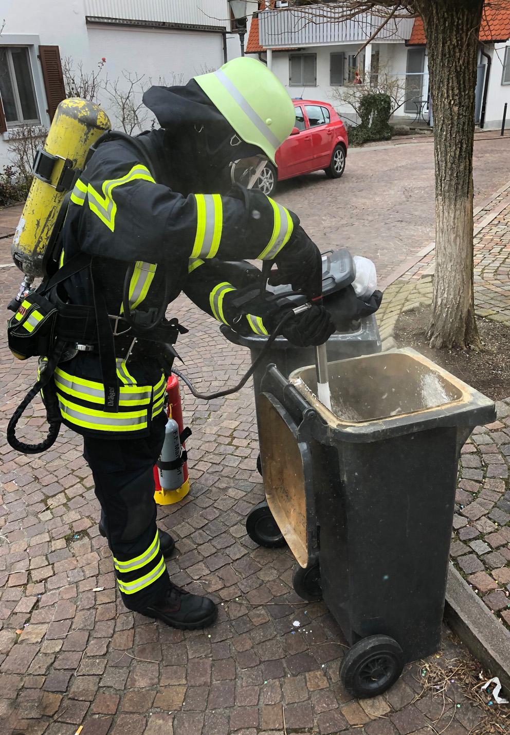 F 1 – Rauch aus Mülltonne