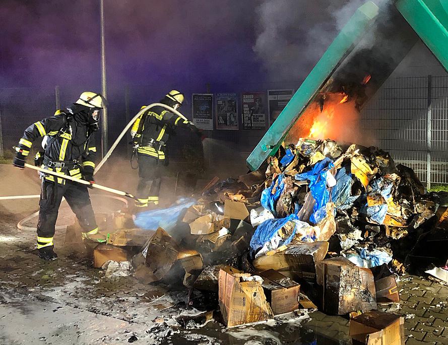 F 1 – Abfallcontainer brennt